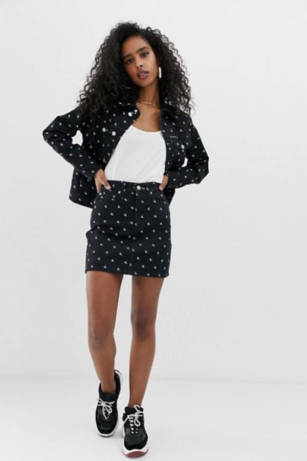 Mode printemps : jupe en jean noire