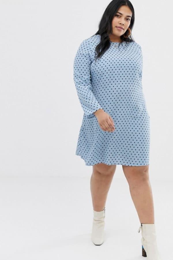 Mode femme ronde : robe bleu ciel à pois